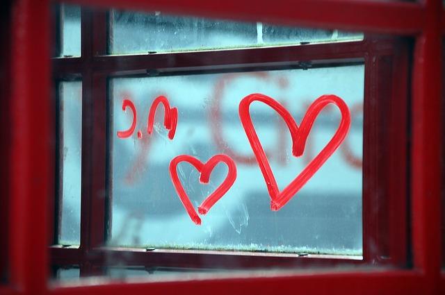 窓に書かれたハート